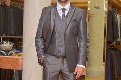 Chaleco de novio cruzado con vivos, botoens y nudo del corbatón en gris…