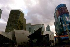 Crystals - A arquitetura impressiona. Parece que estamos em Shangai. Em Vegas tudo é impactante. O Crystals pertence ao complexo City Center, junto com o Hotel Aria, onde me hospedei, localizado bem no meio da Strip.