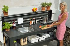 Ulkokeittiön kätevä laattapöytä kokkaa