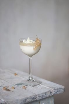 Coconut-panna-cotta with currant-jelly & white chocolate flakes//