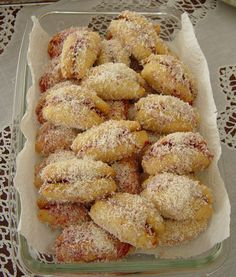 İçi Reçelli Kurabiye A different type of cookie from the menu of my Zülfiye friend . Cookies with jam inside (name is banana cookies because it looks like a banana) 1 pack of tea glasses of powdered pack… Rezepte Jelly Cookies, Jam Cookies, Kinds Of Cookies, Healthy Eating Tips, Healthy Nutrition, Vegetable Drinks, Banana Recipes, Banana Pudding, Mini Desserts