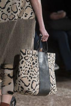 Cividini at Milan Fashion Week Fall 2020 Cividini at Milan Fashion Week Fall 2019 - Details Runway Photos de cuero de bricolaje Seoul Fashion, Milan Fashion Weeks, New York Fashion, Fashion Bags, Kids Fashion, Fashion Trends, Tote Bags, Tote Handbags, Leather Handbags