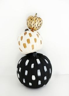 #DIY Brushstroke painted #Pumpkins | chic + easy #Halloween craft @themerrythought