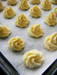 Biscotti al limone--ITALIA by Francesco -Welcome and enjoy- frbrun Italian Cookie Recipes, Italian Cookies, Italian Desserts, Easy Desserts, Dessert Recipes, Italian Bakery, Biscotti Cookies, Butter Cookies Recipe, Food Obsession