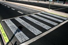 Un paso de peatones formado por las víctimas de los accidentes detráfico.