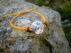 Bracelet triskel en macramé jaune bois marron et métal argenté : Bracelet par stonanka