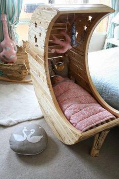 Ingeniosa cuna con madera reciclada.   Quiero más diseño