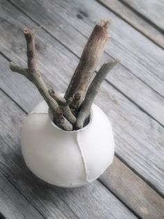 Grey--so simple, so organic.I shall start searching for a similar vase.I have plenty of driftwood sticks like these Grey And Beige, 50 Shades Of Grey, Wabi Sabi, Neutral, Sticks And Stones, Vase, Blog Deco, Home Interior, Interior Design