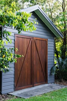 The garden shed, behind which is the property's water tank. Photography: Brigid Arnott shed design shed diy shed ideas shed organization shed plans Backyard Studio, Backyard Sheds, Outdoor Sheds, Backyard Storage, Studio Hangar, Granny Pods, Pergola, Shed Construction, Studio Shed