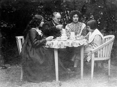 Zola, Jeanne et leurs deux enfants, Denise et Jacques.