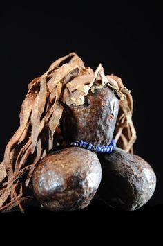 Les Turkana sont une ethnie d'Afrique de l'Est localisée au Nord-Ouest du Kenya dans une région à l'ouest du Lac Turkana. Ils se retrouvent aussi en plus petit nombre en Éthiopie et au Soudan du Sud Les Turkana ne font pas de différence entres les poupées liées à la fertilité portées par les jeunes femmes et les poupées fétiches utilisées dans les rituels d'infertilité. Dans les deux cas, elles sont nommées Ngide (enfant) et sont traitées comme de véritables enfants de ... African Dolls, African Art, Kenya, Seas, Southern, Sculpture, Traditional, Mother And Child, Africa