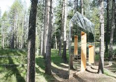 Nestled in Tahoe National Forest is a unique architectural sight to behold—if you can spot it. Designed by architecture firm stpmj, the aptly-named Invisible Barn is a small wooden structure just. Cabinet D Architecture, Facade Architecture, Contemporary Architecture, Glamping, Mirrors Film, Mirror House, Mirror Walls, National Forest, Location