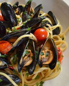 Pasta time! #savoriurbane #scoici #mussels #pastarecipe #pastadish #spaghetti #dinnerideas #instaspaghetti #quickrecipe #cherrytomatoes #garlic #whitewine Good Food, Yummy Food, Romanian Food, Hungarian Recipes, Food And Drink, Cooking Recipes, Tasty, Fish, Meals