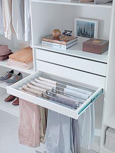Pensar em alguma forma de porta calças para o armário...assim ou de outro jeito que não seja dobradas!
