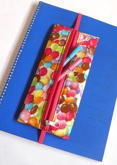 Praticidade e beleza na mesma peça. O estojo marcador de páginas é para guardar canetas, lápis, borracha, marcadores de texto etc... para fazer marcações durante a leitura, ou levar para a escola . O estojo fica preso no livro ou caderno.  Foi confeccionado em tecido 100% algodão e estruturado co...