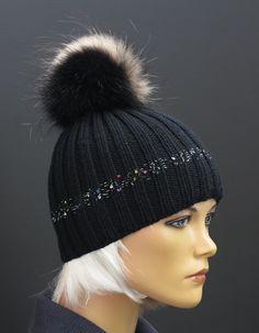 Ručně pletená čepice z merino vlny a s kožešinovou bambulí #handmade#black#merino#wool#fur#pompon