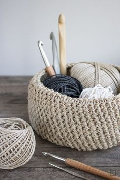 Ein rustikales, natürliches Körbchen aus Paketschnur häke… Crochet in a different way. Crochet a rustic, natural basket made of parcel string. It is impressively stable and can visually compete with any cup. Crochet Diy, Crochet Amigurumi, Crochet Cord, Ravelry Crochet, Crochet Hooks, Natural Crochet Hair, Natural Hair, Cordon Crochet, Baby Knitting Patterns