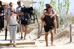 """Vacanza a Formentera per Mario Gomez: il centravanti tedesco della Fiorentina è immortalato mentre prende sulle spalle un amico che è sulla sedia a rotelle, per aiutarlo a raggiungere la spiaggia. E l'immagine di """"Supermario"""" in versione gigante buono commuove i social"""