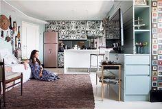 Histórias, estampas e mimos descombinados aumentam a sensação de espaço no apartamento de 50 m², cheio de luz natural e boas soluções