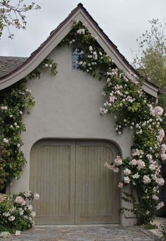 Stucco color and trim Climbing roses make everything enchanting and magical! This looks like it would be attached to a fairy tail cottage! Soften the exterior with climbing roses Dream Garden, Home And Garden, Design Exterior, English Country Cottages, Rose Frame, Outdoor Spaces, Outdoor Decor, Climbing Roses, Climbing Hydrangea