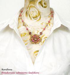 Vanhasta rintakorusta valmistettu, uniikki statement kaulakoru. Kaulakorun hinta on 32 €. Unique statement necklace made from an old brooch. Created by Taru Kehälinna Korulinna