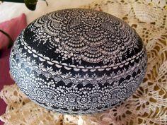 Strusie jajko - kraszanka, pisanka Paint Drop, Egg Dye, Egg Decorating, Egg Shells, Quilling, Easter Eggs, Diy Crafts, Hands, Tattoos