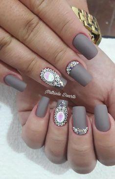 Veja 25 lindos modelos de unhas decoradas com jóias e pedrinhas. Todas as imagens foram postadas pelas meninas que participam do nosso grupo do Facebook, C