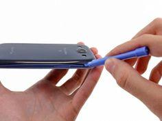Schritt 3 - Setzeten Sie fort, das Öffnungswerkzeug aus Kunststoff um den äußeren Rand der linken oberen Kante zu bewegen, indem Sie sie es vorsichtig nach oben verschieben.