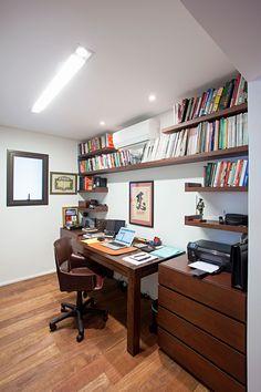 Decoração de apartamento moderno e rústico e ambiente integrados. No escritório, home office, móveis de madeira.