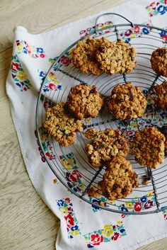 This oat and fruit cookie recipe from Jamie Oliver's wife, Jools, is a great after-school snack. It's an easy recipe, packed with fruit and porridge oats. No Bake Treats, Yummy Treats, Delicious Desserts, Sweet Treats, Yummy Food, Fruit Cookie Recipe, Fruit Cookies, Cookie Recipes, Muffins