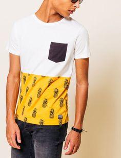 T-shirt col rond. Manches courtes color-block. Haut uni, bas imprimé ananas et poche poitrine contrastante. Un top tropical à adopter pour l'été