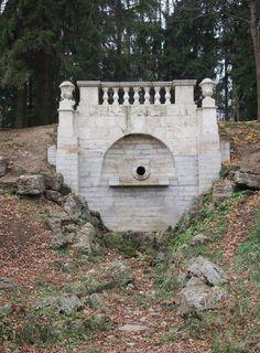 Grande Cascade - Pavlosk - réalisée entre 1786 et 1787 par Charles Cameron comme une cascade naturelle, elle a été remaniée entre 1792-1794 par Vincenzo Brenna en ajoutant le mur décoratif et la balustrade.