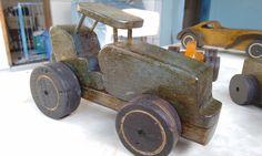 ...trator de madeira reciclada de obra. rodas de mdf. verniz meta. 22cm