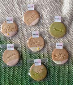 Les cookies personnalisés avec des pétales fleurs réalisés par Tookie pour un événement champêtre