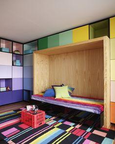 Quarto colorido e contemporâneo para jovem Casa BT / Studio Guilherme Torres Foto: Denilson Machado