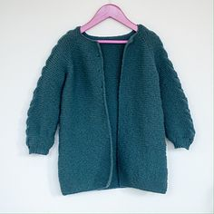 A beautiful jacket, knitted from top to botton, with raglan. This one is perfect to warm you in both spring, fall or even on cold summer nights!