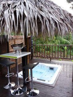 Sur la terrasse, un salon de jardin en bois flotté taillé à la main ...