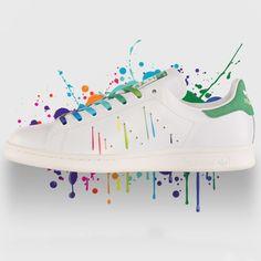 Blanches avec lacets arc en ciel et détails côté extérieur de la chaussure en fils couleurs arc en ciel / arrière basique   Stan Smith