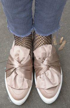 #slipper #netzstrumpfhosen #fransenjeans #details #fashiontrends #twoforfashion Fishnet Tights, Fenty Puma, Bow Sneakers, Slipper, Blog, Satin, Street Style, Beauty, Shoes