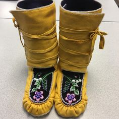 Finished! Wrap around winter moose hide Mocs, beaver fur lined Mocs and wool lined wraps. My feet are going to be nice and toasty! The single bead edging took forever... but I love it. #Moccasins #Wintermocs #BeadedMocs #raisedbeadwork #glassbeads #moosehide #furlined #wool #velveteen #nativemade #nativestyle #nativerootsartistsguild #senecastyle #mocmonday #mocgamestrong