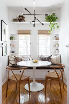 7 Interior Designers Share the Warm White Paint Colors They Swear By Don't want your walls to feel too stark? These are the best warm white paint colors, according to leading interior designers. Dining Nook, Dining Room Design, Dining Room Table, Table Bench, Diy Table, Kitchen Seating Area, Table Stools, Dining Room Bench Seating, Banquet Seating
