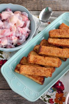 This Easy Yogurt Fruit Salad can be made a day ahead, so all you have to do is heat Cinnamon French Toast Sticks and let your guests dig in! Savory Breakfast, Breakfast For Dinner, Grilled Cheese Sticks, Fruit Salad With Yogurt, French Toast Sticks, Cinnamon French Toast, Pumpkin Puree, Easy Snacks, Brunch Recipes