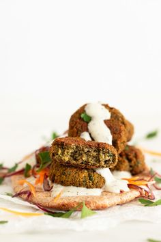 Falafel, a classic Middle Eastern recipe, made with chickpeas. You can bake or fry the falafels, both are crispy on the outside, but fluffy on the inside. Chickpea Recipes, Spicy Recipes, Vegan Recipes, Vegan Meals, Free Recipes, Baked Falafel, Falafel Recipe, Vegan Yogurt, Vegetarian