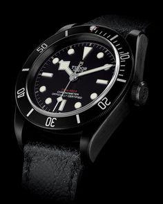 Tudor présente la montre de plongée Heritage Black Bay Dark, entièrement satinée pour un rendu mat. En savoir plus sur le Site Officiel Tudor.