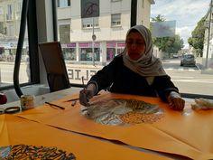 #drapeauphoniste aujourd'hui, c'est mahjouba qui participe à la rencontre picturale en vue de l'élaboration du motif pour le drapeauphone qu'elle portera le 19 septembre prochain @reseaudedale #porterenaud #opera #čapek #orange #fluo #participativepainting #france #mulhouse #art #peinture #artiststudio #wip