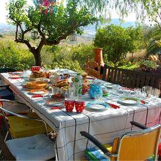 Buiten ontbijt: Het ultieme vakantiegevoel, buiten ontbijten aan een feestelijk gedekte tafel.