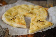 Focaccia con patate al rosmarino, senza lievito di birra, facile e veloce, idea per la cena, sfiziosa da servire con salumi, soffice, ottimo piatto unico o antipasto