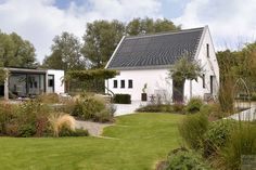 Modern exterieur met landelijke tuin   Z-Wonen   The Art of Living (NL) Art Of Living, Bungalow, Villa, Cabin, Mansions, House Styles, Outdoor Decor, Home Decor, Minimalism