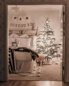 Best Decoration Ideas For Farmhouse Christmas Bedroom Farmhouse Style Bedrooms, Farmhouse Bedroom Decor, Farmhouse Christmas Decor, Cozy Bedroom, Rustic Farmhouse, Bedroom Ideas, Farmhouse Ideas, Bedroom Designs, Teen Bedroom