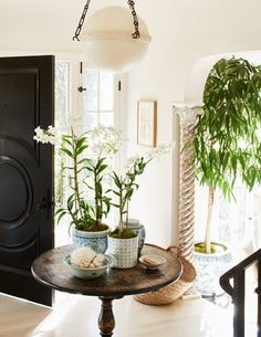 Designer Crush: Mark D. Sikes   The Evans Edit Diy Entryway Table, Fall Entryway, Entryway Ideas, Mark Sikes, Chinoiserie Wallpaper, Foyer Decorating, Traditional Interior, Modern Traditional, Home Remodeling